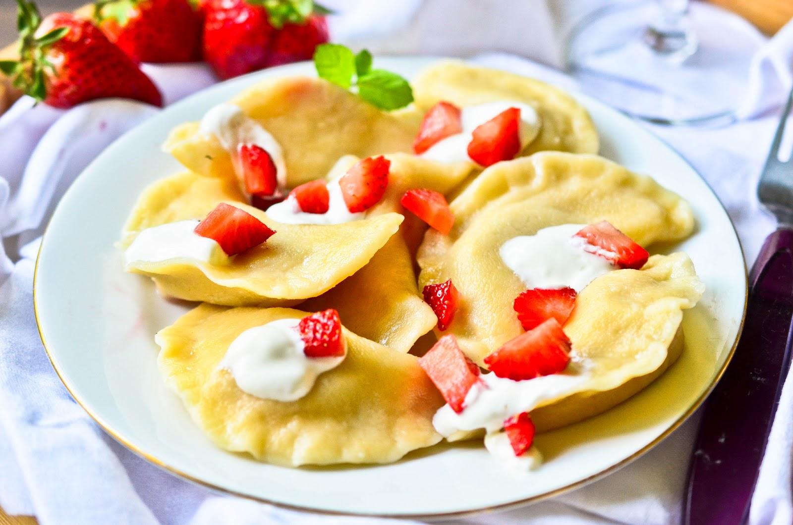 Pierogi z truskawkami- przepis na ciasto na pierogi - Smakowitykasek ...