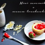 Mini serniczki z musem truskawkowym
