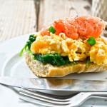 Kanapka z jajecznicą i łososiem