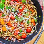 Makaron z boczkiem, miętą i pomidorami